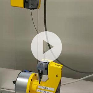 糸の強力や伸び率を測定機を使って測定