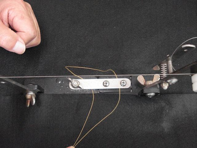 鼻カン編込糸DXを30cm程カットし、半分に折りハナカン回り糸の上に置く。
