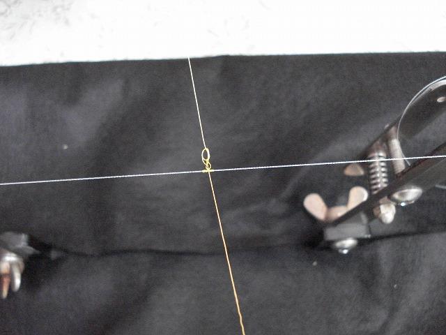2本の糸を開きながら締めていく。(結びコブを作るのはハナカンとハナカン回り糸との長さを一定に保つためなので、作らなくても問題ありません)